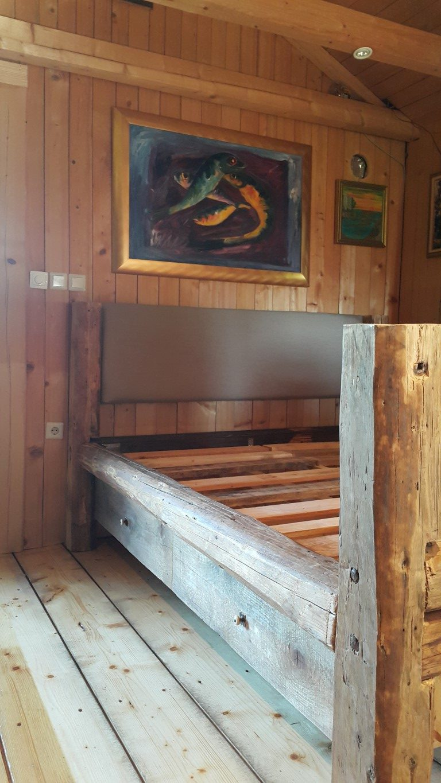 Postelja iz lesenih tramov